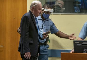 Bývalý velitel bosenskosrbské armády Ratko Mladič před tribunálem v Haagu, 8. června 2021.