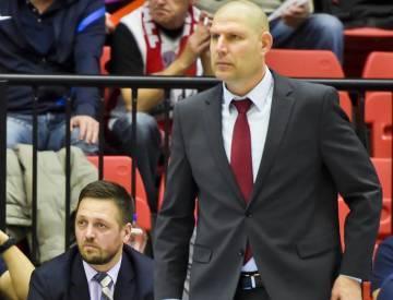 Hlavní trenér Nymburku Oren Amiel a asistent trenéra Aleksander Sekulič (vlevo) na snímku z 31. října 2017.