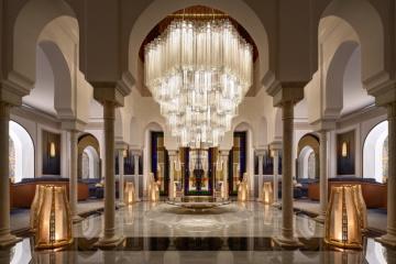 Luxusní rekonstruovaný hotel La Mamounia v Marakéši má od Lasvitu nová světla s prvky tradiční arabské architektury.