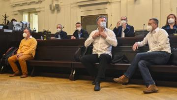 Obvinění (zleva) Antonio Koláček,Jiří Diviš a Marek Čmejla  čekají 16. června 2021 u Městského soudu v Praze na začátek projednávání kauzy Mostecké uhelné společnosti.