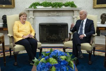 Americký prezident Joe Biden a německá kancléřka Angela Merkelová během schůzky v Bílém domě 15. července 2021.