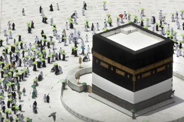 Věřící v rozestupech obchází svatyni Kaabu na nádvoří Velké mešity v Mekce, 17. července 2021.