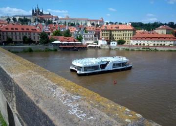 Neznámý vandal posprejoval 18. července 2021 část historického Karlova mostu v Praze. Nápis u sochy svatého Jana Křtitele je velký zhruba 30 centimetrů.