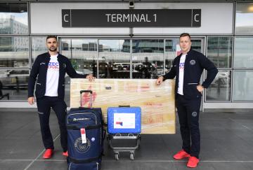 Dráhový cyklista Tomáš Bábek a trenér Petr Klimeš (vlevo) pózují fotografovi 27. července 2021 v Praze před odletem na letní olympijské hry v Tokiu..