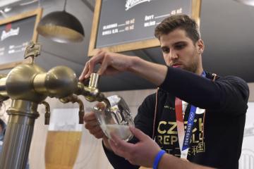 Bronzový medailista z Tokia šermíř Alexander Choupenitch, kterého přivítali 28. července 2021 na Olympijském festivalu v Brně fanoušci. Na snímku si čepuje pivo ve stánku Pilsner Urquell.