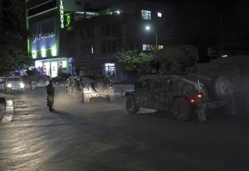 Afghánské bezpečnostní jednotky míří v afghánském hlavním městě Kábulu k místu, kde došlo 3. srpna 2021 k silnému výbuchu.