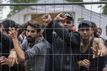 Migranti zadržení v Litvě na hranici s Běloruskem v nově vybudovaném uprchlickém středisku na bývalé vojenské základně Rudninkai.