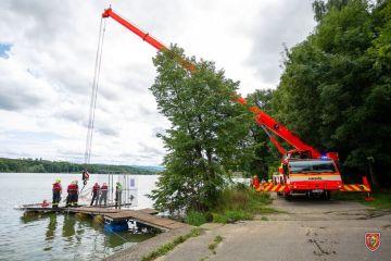 Moravskoslezští hasiči vytahovali 8. srpna 2021 pomocí jeřábu částečně potopenou loď  z vodní nádrže Těrlicko na Karvinsku.