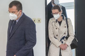 Obžalovaná lékařka Martina Šípková přichází 23. září 2021 na jednání k Okresnímu soudu v Pardubicích, kde pokračovalo odročené hlavní líčení s třemi zdravotníky. Jsou obžalováni z těžkého ublížení na zdraví z nedbalosti v kauze chlapce, který po operaci mandlí začal krvácet a po komplikacích má poškozený mozek.