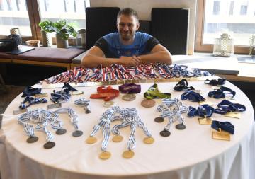 Nejúspěšnější český veslař historie Ondřej Synek ukazuje sbírku svých medailí po tiskové konferenci 23. září 2021 v Praze, kde oznámil ukončení aktivní kariéry.