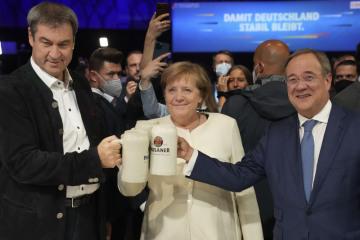 Končící německá kancléřka Angela Merkelová, bavorský premiér Markus Söder a kandidát na kancléře z CDU/CSU Armin Laschet 24. září 2021 v Mnichově.