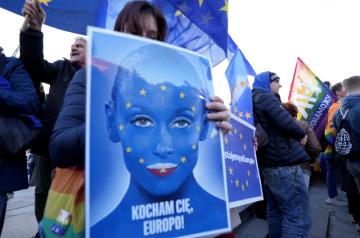 Lidé ve Varšavě demonstrují na podporu členství Polska v EU, 10. října 2021.