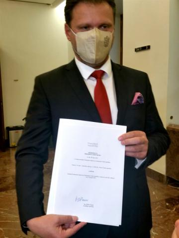 Předseda Poslanecké sněmovny Radek Vondráček (ANO) ukázal 14. října 2021 v Praze novinářům rozhodnutí, kterým svolal prezident Miloš Zeman stálé zasedání nové Sněmovny na 8. listopadu 2021.