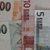 Koruna oslabila vůči euru i dolaru, burzu táhly KB a ČEZ