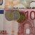 Koruna stagnovala k euru a oslabila k dolaru