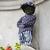 Bruselský čurající chlapeček se oblékl do českého modrotisku