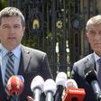 Zleva vicepremiér Jan Hamáček (ČSSD) a předseda vlády Andrej Babiš (ANO) hovoří s novináři po setkání s prezidentem Milošem Zemanem 4. července 2019 na zámku v Lánech.