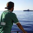 Uprchlík na palubě španělské humanitární lodi Open Arms poblíž pobřeží sicilského ostrova Lampedusa na snímku z 18. srpna 2019.