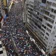 Pochod demonstrantů ulicemi deštivého Hongkongu na snímku z 18. srpna 2019.