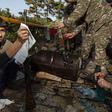 Mladí dobrovolníci pomáhají vojákům čistit zbraně konzervačním mazivem poblíž Hadrutu v Náhorním Karabachu, 29. září 2020.