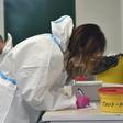 Zdravotnice zapisuje 26. října 2020 údaje při odběru vzorku na covid-19 na novém odběrovém místě ve Zlíně.